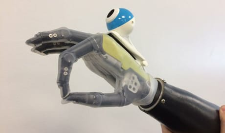 """A Prosthetic """"Hand That Sees"""" is Programmed to Reach and Grasp Automatically"""